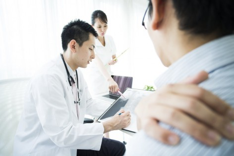 The doctor shows the results by examining the results of the examination.